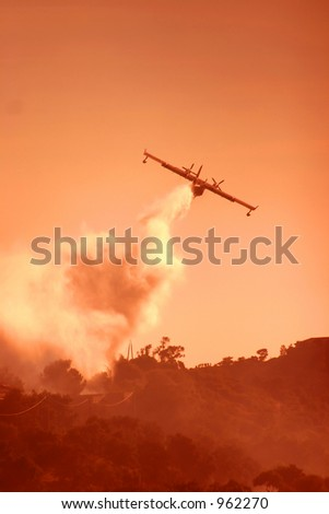 Fire in the corsican mountains: a plane is throwing water on the fire