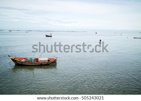 Fishing boats, small boats Anchored at sea near the coast.
