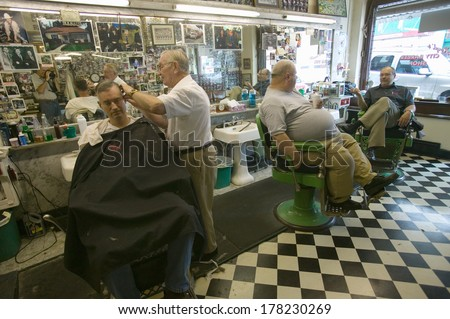 """Floyd cutting hair at Floyd's City Barber Shop in Mount Airy, North Carolina, the town featured in """"Mayberry RFD"""" and home of Andy Griffith - stock photo"""