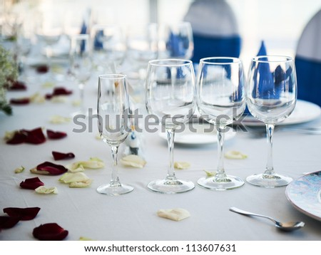Fold round table with blue napkins in the restaurant