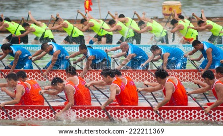 FOSHAN - Sep 13:Foshan international dragon boat race held in foshan river, is made up of 24 teams, after the preliminary and final, big drain team won the championship Sep 13, 2014 in Foshan, China - stock photo