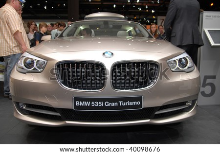 FRANKFURT - SEPTEMBER 20: Crowd look at BMW 535i Gran Tourismo - Efficient Dynamics on 63rd IAA (Internationale Automobil Ausstellung) on September 2009 in Frankfurt