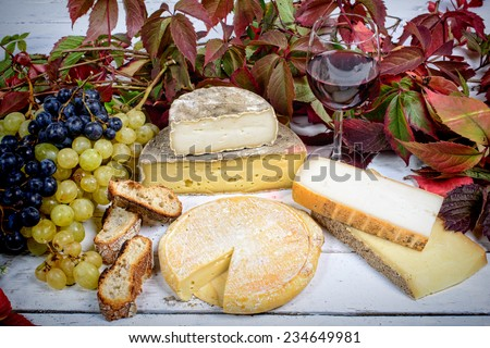 French cheeses with white and black grapes