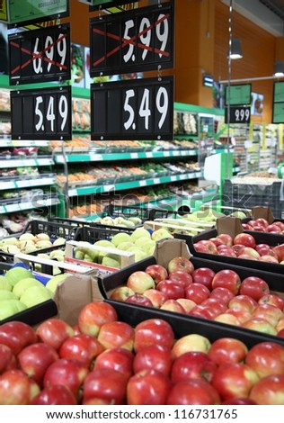 Fresh apples in grocery discounts - stock photo