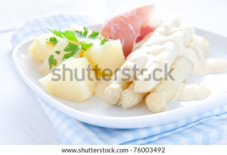 fresh asparagus with potatoes and ham