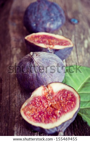 Fresh figs on the wooden table, selektive focus