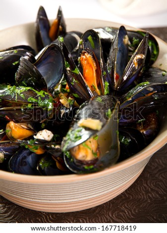 Fresh mussels with garlic and parsley
