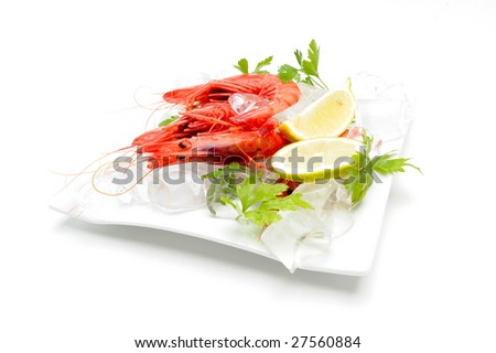 fresh shrimps with lemon and ice