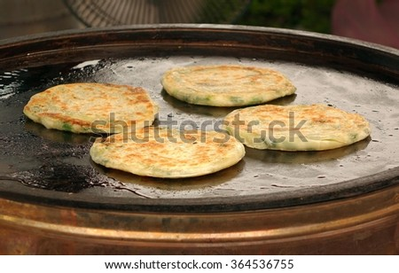 Fried pancakes with chives are a popular Chinese snack