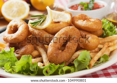 Fried squid rings with salad and chili sauce