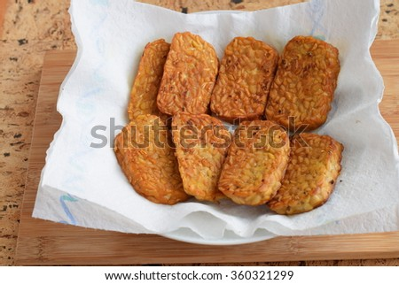 Fried tempe on kitchen paper