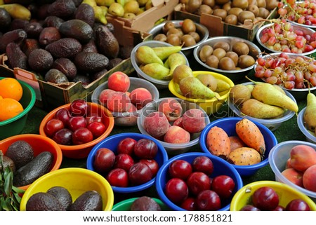 Fruits in bowls at farmers market stall