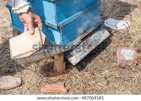 Fumigation of bees before opening the hive