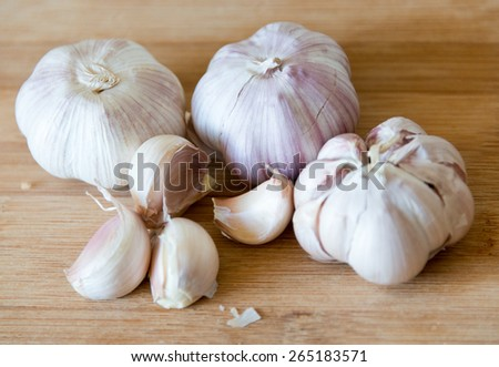 Garlic: realistic approach to food ingredients.Chilean garlic is popular in Latin American cuisine, the large cloves give excellent taste to meals. Garlic in wooden surface,natural light, shallow dof - stock photo