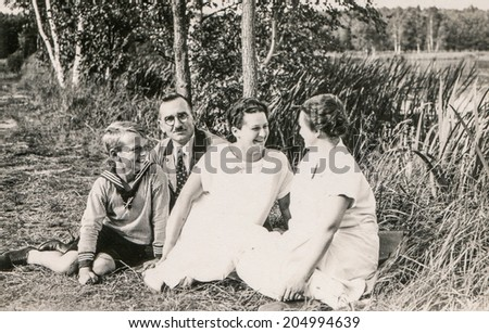 GERMANY, CIRCA THIRTIES - GERMANY, CIRCA THIRTIES - Vintage photo of parents, aunt and little son
