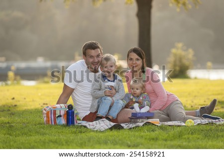 Germany, Leutesdorf, family with two children having a picnic