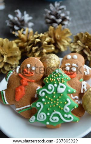 gingerbread men, Christmas trees, Christmas decorations, closeup on wooden background