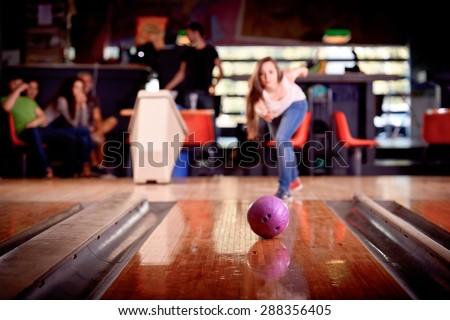 giovane ragazza gioca a bowling - stock photo