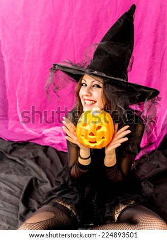Girl dressed as a witch to celebrate the night of Halloween