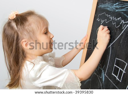 Girl of five years, drawing on the blackboard