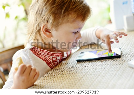 girl play phone in cafe during waiting food