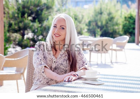 girl sitting in rerstorane with a cup of tea