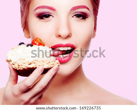 girl with bright makeup have cake