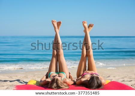 photo of girls on the beach № 18661