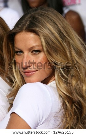 Gisele Bundchen receiving the Key to the City of Hollywood. Grauman's Chinese Theatre, Hollywood, November 15, 2006. - stock photo