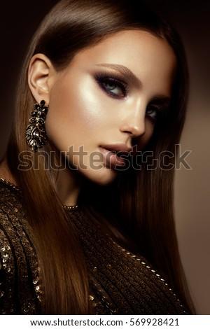 Glamour bức chân dung của mô hình cô gái xinh đẹp với trang điểm và kiểu tóc lãng mạn.  Thời trang highlighter sáng bóng trên da, đôi môi bóng sexy make-up và lông mày đậm.