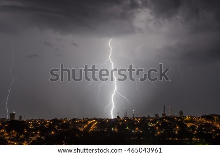 Great lightning around the city at night, announcing the storm that comes from the horizon, under the beautiful combination of storm and urbanization.