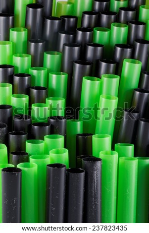 Green and black straws in line