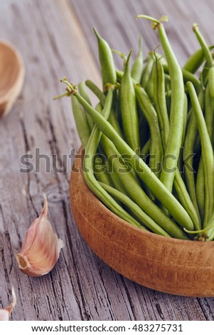 green beans in a bowl on a wooden table