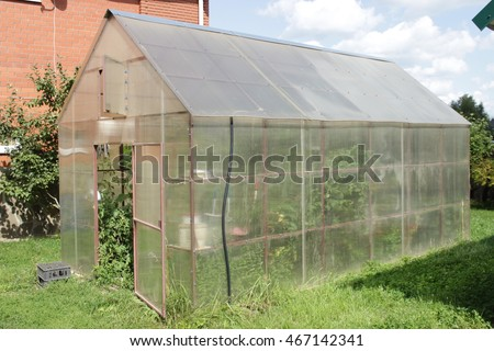 Greenhouse made of polycarbonate for cucumbers and tomatoes (a village in the suburbs)