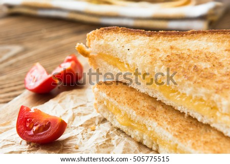 Grilled cheese sandwich with fresh tomatoes