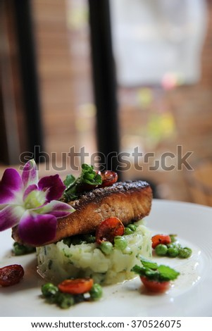 Grilled salmon with potato and vegetables