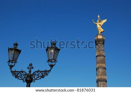 Großer Stern mit Siegessäule in Berlin und Gaslaterne - stock photo
