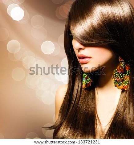 Tóc.  Đẹp Brunette Girl.  Khỏe mạnh lâu Brown tóc.  Vẻ đẹp mẫu Woman.  Kiểu tóc.  Cắt tóc thời trang.  Fringe.  Bóng mượt tóc thời trang.  mở rộng