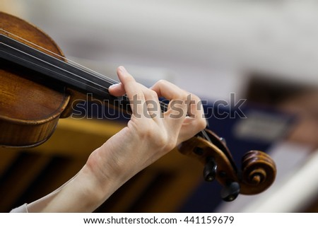 Hand girl playing the violin