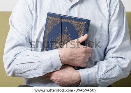 Hands holding the Koran