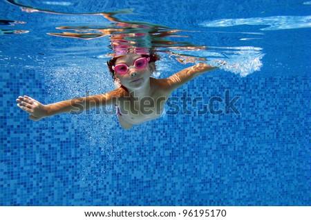 child swimming underwater - photo #42
