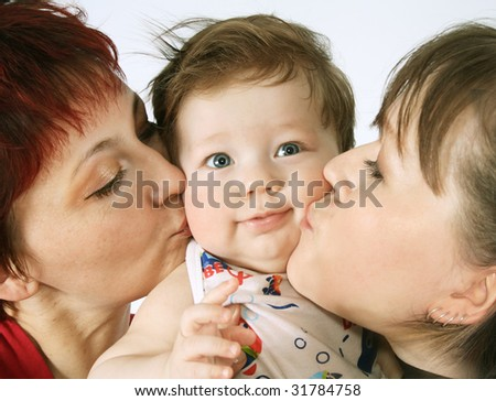 Happy mom and its sister kiss kiss on both cheeks the small son