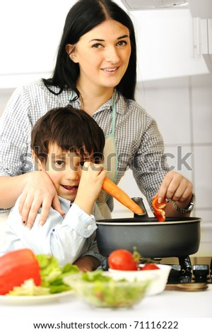 Happy mother and son i kitchen