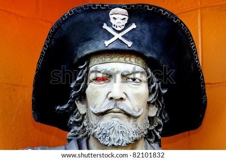 Head of a pirate statue with a black hat and skull and crossbones.