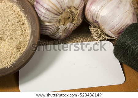Heads of garlic and garlic powder to the coil of rope and card