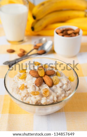 Healthy breakfast: poriddge with nuts