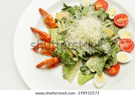 Healthy salad with prawn, mixed greens and tomatoes