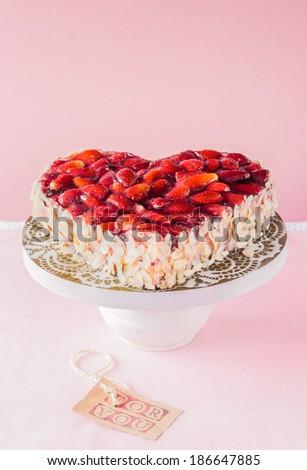 Hình trái tim kẹo trang trí đứng đầu với các loại hạt rang phục vụ trong một bệ Trung Quốc với một nhãn Nói - For You - một khái niệm về tình yêu và sự lãng mạn cho ngày Valentine hoặc một kỷ niệm