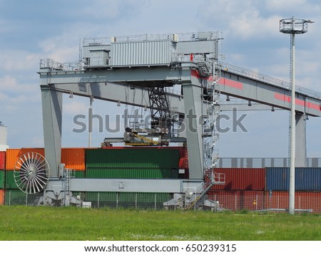 Heavy-duty bridge crane for loading containers on trains