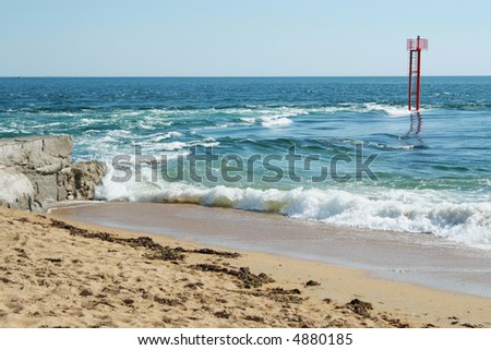 Here the river of Etel meets the Atlantic Ocean. This passage is very dangerous for the  navigation. Etel sandbar, a long and dangerous reef that partially blocks the mouth of the  river - stock photo